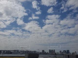 空とレインボーブリッジの写真・画像素材[4816530]