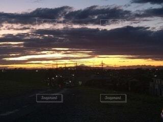 夕暮れ時の空の雲の写真・画像素材[4816642]