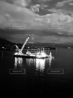 月夜に浮かぶクレーン船の写真・画像素材[4836677]