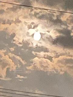 雲がかった月の写真・画像素材[4817445]