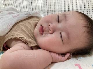 布団で眠る赤ちゃんの写真・画像素材[4817676]