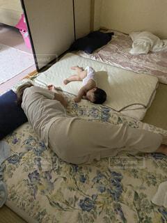 布団で眠る母と赤ちゃんの写真・画像素材[4817723]
