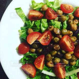 ひよこ豆とトマトとレタスのサラダの写真・画像素材[1003497]