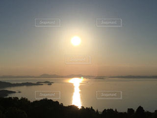 瀬戸内海に沈む夕日の写真・画像素材[1003728]