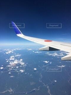 空を飛んでいる飛行機の写真・画像素材[4821561]