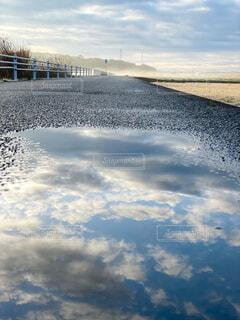 水たまりに映る空の写真・画像素材[4821589]