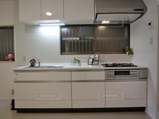 ストーブと流しが付いた台所の写真・画像素材[4824458]