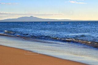 海の横にあるビーチの写真・画像素材[1374282]