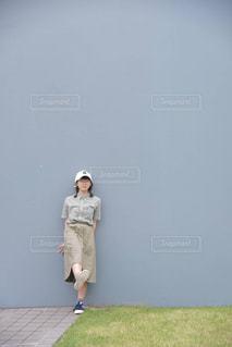 草の中に立っている男の人の写真・画像素材[891284]