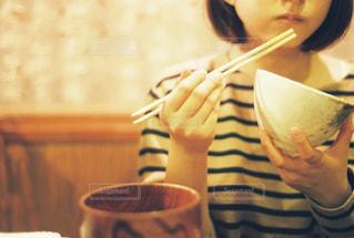 一杯のコーヒーをテーブルに座っている女性 - No.891294