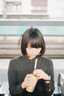 彼女の携帯電話を見ている女性 - No.891295