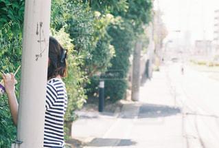 歩道に立っている女性 - No.891296