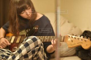 ギターを持っている人 - No.891298