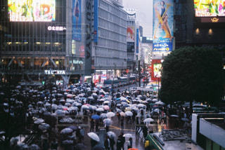 街の通りを歩く人の群衆 - No.891299