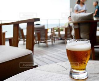 テーブルの上のビールのグラスの写真・画像素材[763546]