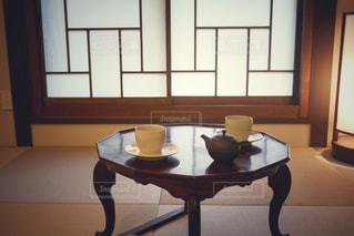 窓の前に座っている椅子の写真・画像素材[911964]