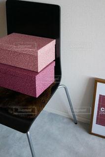 椅子の上のボックス - No.922063