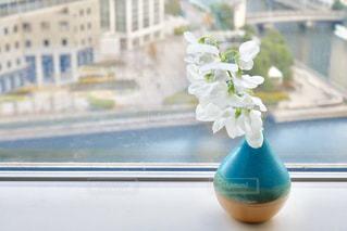 テーブルの上の花の花瓶の写真・画像素材[922067]