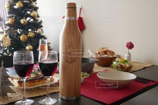 テーブルの上にワインのボトルの写真・画像素材[931613]
