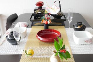 テーブルの上の花の花瓶の写真・画像素材[937610]