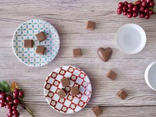 木製のテーブルの上に食べ物の写真・画像素材[980751]