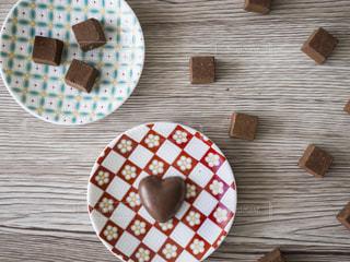 テーブルの上のケーキと木製のまな板の写真・画像素材[980752]