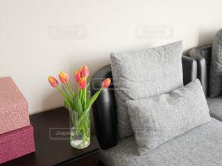 テーブルの上の花の花瓶の写真・画像素材[991248]