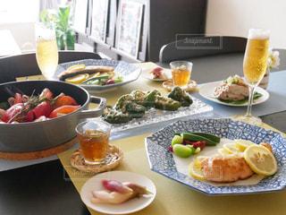 テーブルな皿の上に食べ物のプレートをトッピングの写真・画像素材[1016802]