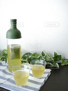 コーヒーやビール、テーブルの上のガラスのカップの写真・画像素材[1057990]
