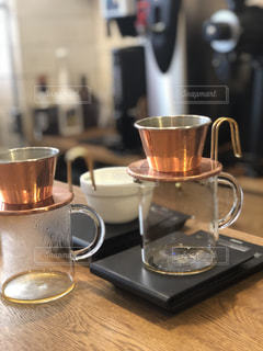テーブルの上のコーヒー カップの写真・画像素材[1106723]