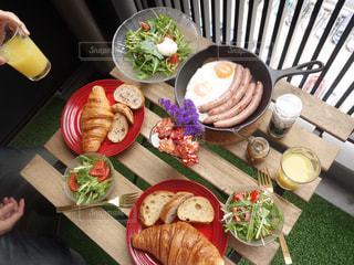 テーブルの上に食べ物のプレートの写真・画像素材[1109033]