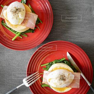 赤いテーブルの上に食べ物のプレートの写真・画像素材[1125912]