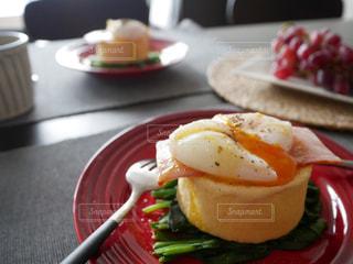 テーブルの上に食べ物のプレートの写真・画像素材[1125913]