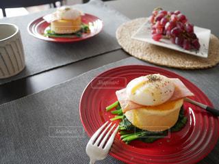 テーブルの上に食べ物のプレートの写真・画像素材[1125914]