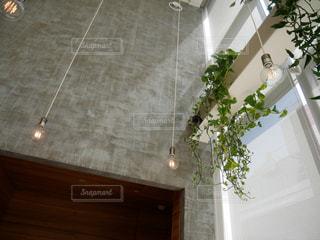 暖炉の横にある大きな白い浴槽の写真・画像素材[1139391]