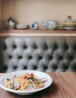 近くのテーブルの上に食べ物のプレート - No.1157303