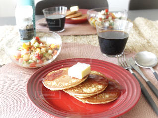 テーブルな皿の上に食べ物のプレートをトッピング - No.1157314