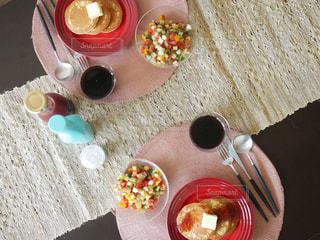 テーブルの上のコーヒー カップの写真・画像素材[1157315]