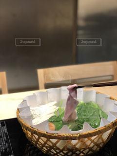 テーブルの上に食べ物のボウルの写真・画像素材[1175829]
