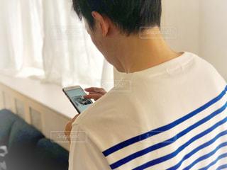 青いシャツを着た男性の写真・画像素材[1175832]