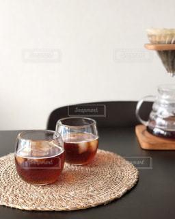 テーブルの上のコーヒー カップの写真・画像素材[1189297]