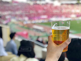 ビールのグラスを持っている手の写真・画像素材[1198324]