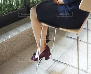 椅子に座る人の写真・画像素材[1215104]