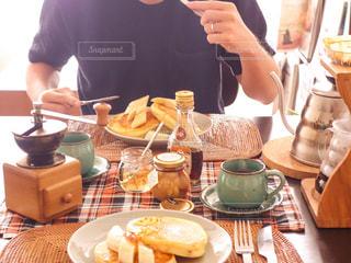 食事のテーブルに座って人の写真・画像素材[1215107]