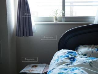 寝室、ベッドと窓の写真・画像素材[1215113]