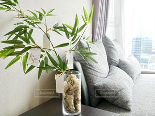 テーブルの上に座って花の花瓶の写真・画像素材[1215114]