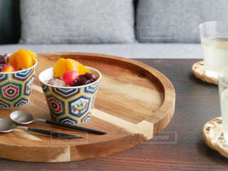 木製のテーブルの上に座ってコーヒー カップ - No.1236127