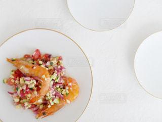 テーブルの上に食べ物のプレートの写真・画像素材[1242375]