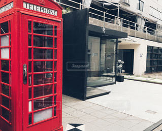 建物の外の赤いブースの写真・画像素材[1250427]