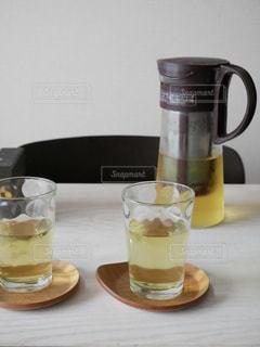 コーヒーやビール、テーブルの上のガラスのカップの写真・画像素材[1256474]